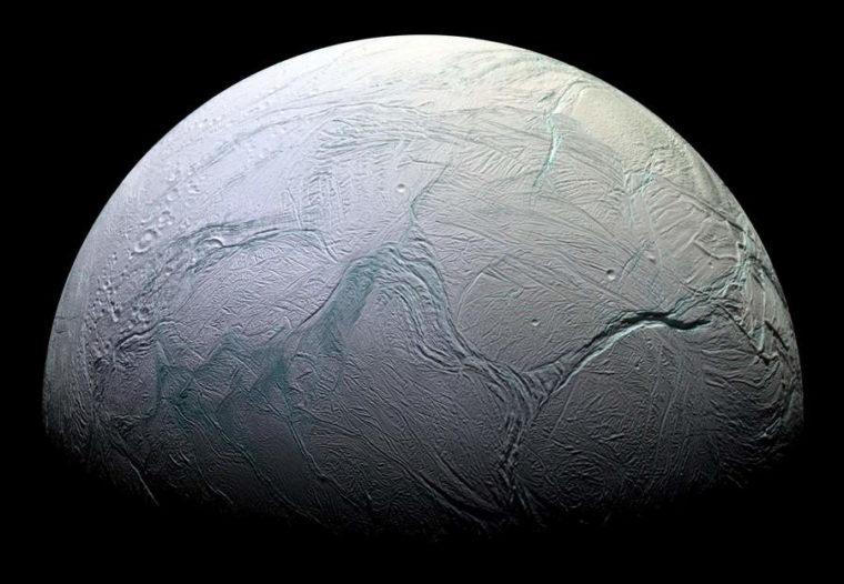 A gélida Enceladus e suas marcas que se assemelham às dos tigres