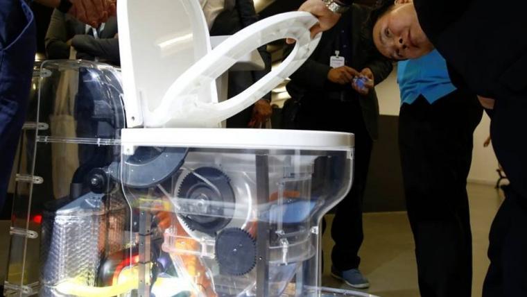 Resultado de imagem para Bill Gates apresenta vaso sanitário que não precisa de água e transforma fezes em adubo